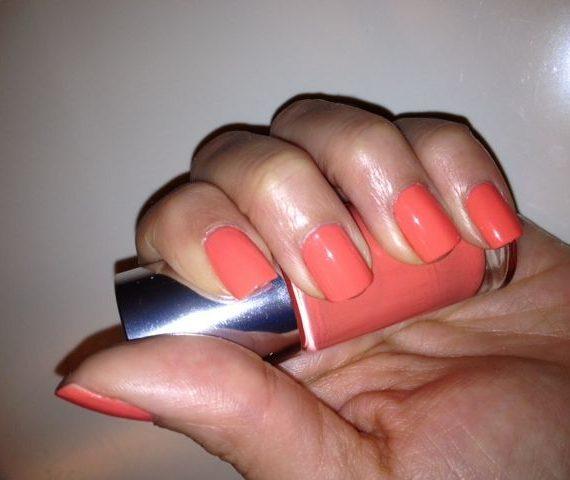 A different nail enamel for sensitive skins